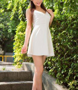 白いワンピース姿の芸能アイドル女性